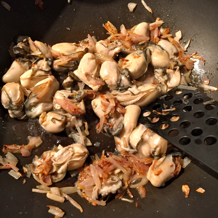 Faire raidir les huîtres avec les échalotes @ Greta Garbure