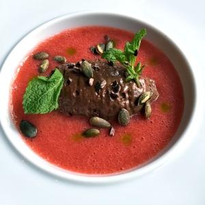 Soupe de fraises-rhubarbe, mousse au chocolat, graines de courge, menthe © Greta Garbure