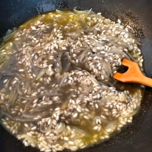 Mouiller avec le bouillon à l'encre de seiche © Greta Garbure