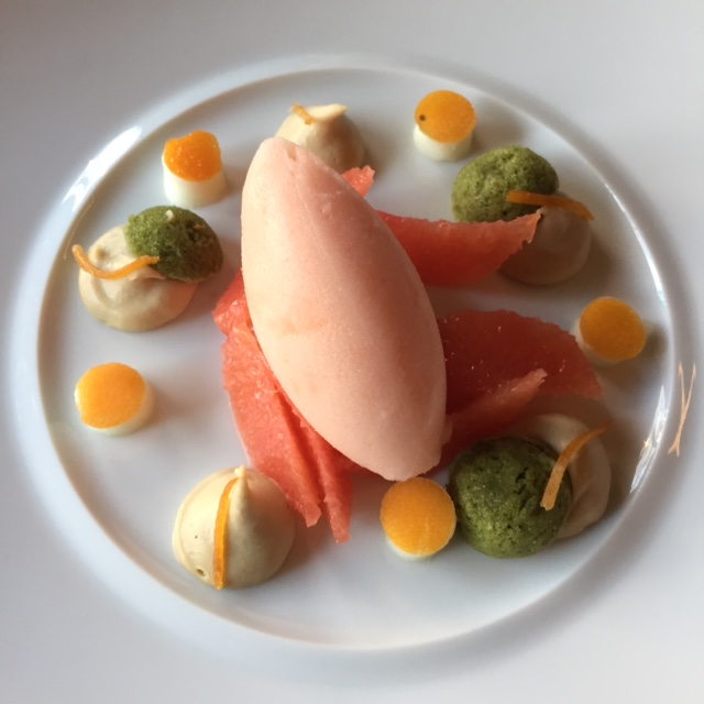 Le pamplemousse frais, sorbet pamplemousse, crème au thé jasmin, financiers à la pistache © Greta Garbure