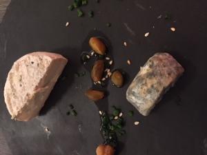 Picodon et fromage de vache local, noisettes et pistaches © Greta Garbure