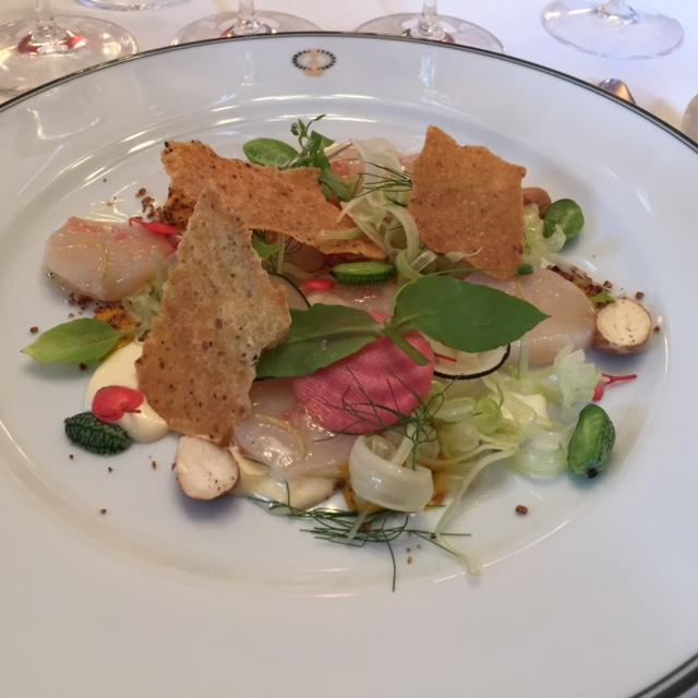 Saint-Jacques marinées, lait crémeux au goût fumé, salade potagère aux noisettes © Greta Garbure