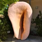 """Sculpture représentant un coquillage """"porcelaine"""" vu de face au Jardin Antique Méditerranéen de Balaruc-les Bains (Hérault), expo de 2014 © Greta Garbure"""
