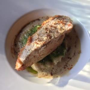 Suprême de volaille gratiné à la moelle, macaronis farcis de foie gras et cèpes, sauce poulette © Greta Garbure