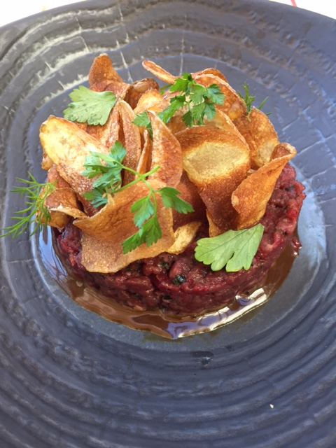 Steak tartare chips © Greta Garbure